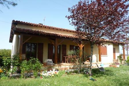 Villa avec piscine et vue sur les Pyrénées - Auch - Willa