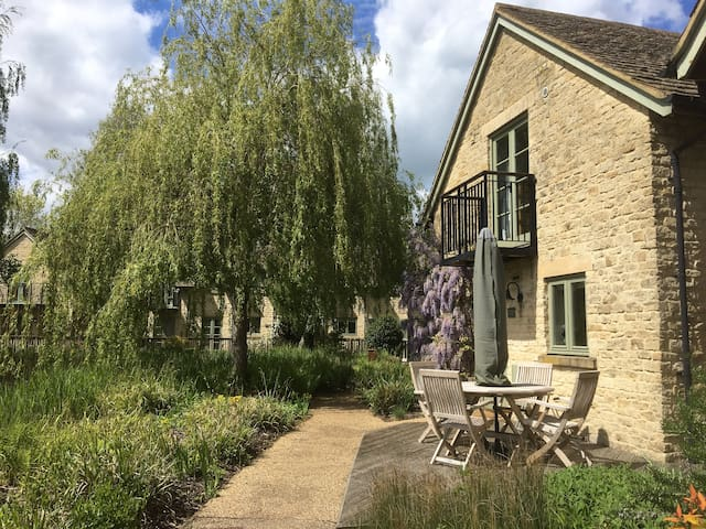 Cotswolds cottage with pool, lakes, nature reserve
