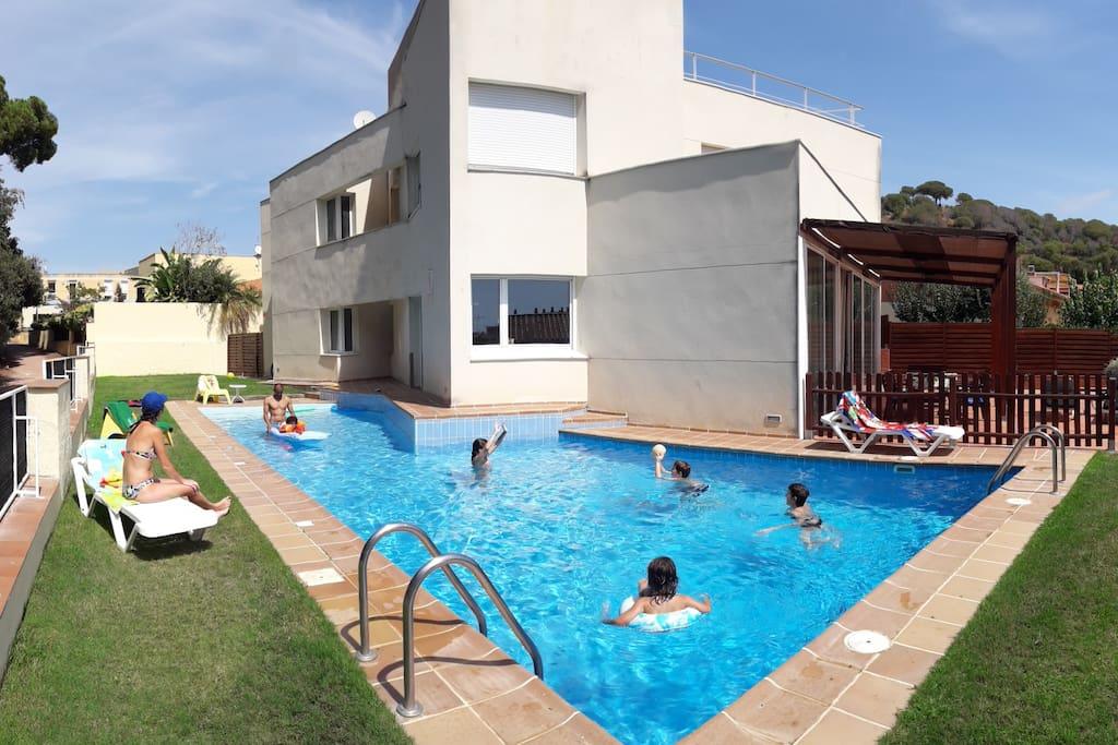 Casa con piscina casas en alquiler en canet de mar for Apartamentos en madrid con piscina