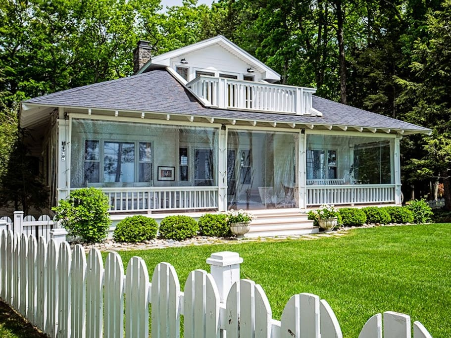 Front of home and yard with white picket fence
