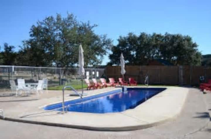 Hillside cabin 3 Pool, Disc Golf, Pond,BBQ shed