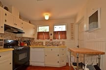 Well equipped kitchen with full size appliances