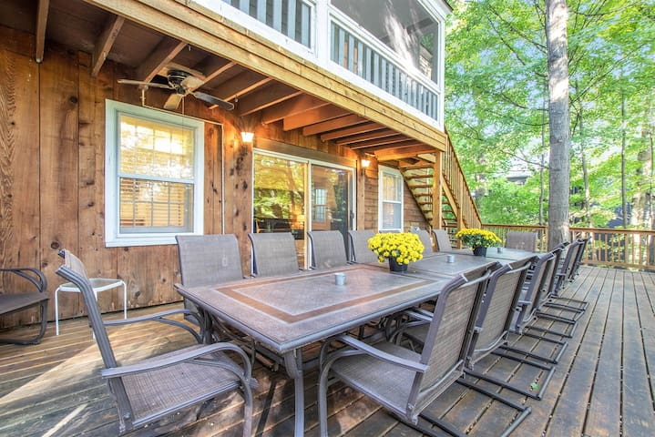 Four Seasons: Relax in your private hot tub, enjoy a BBQ on the expansive deck, or walk to town for shopping and a great meal