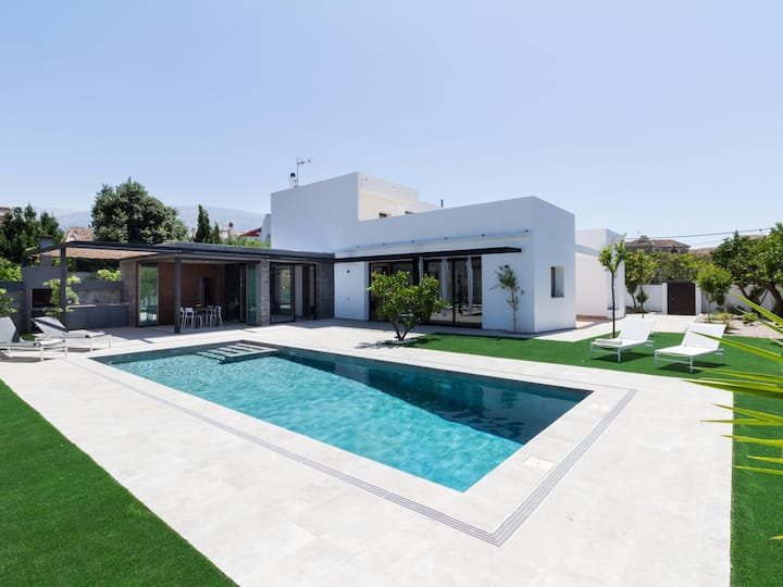 Exclusive Villa with garden and heated pool