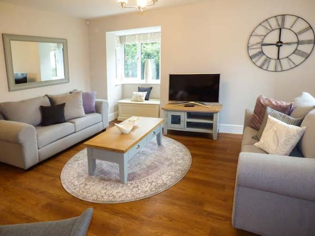 AVOCET COTTAGE, pet friendly, with a garden in Silverdale, Ref 954243