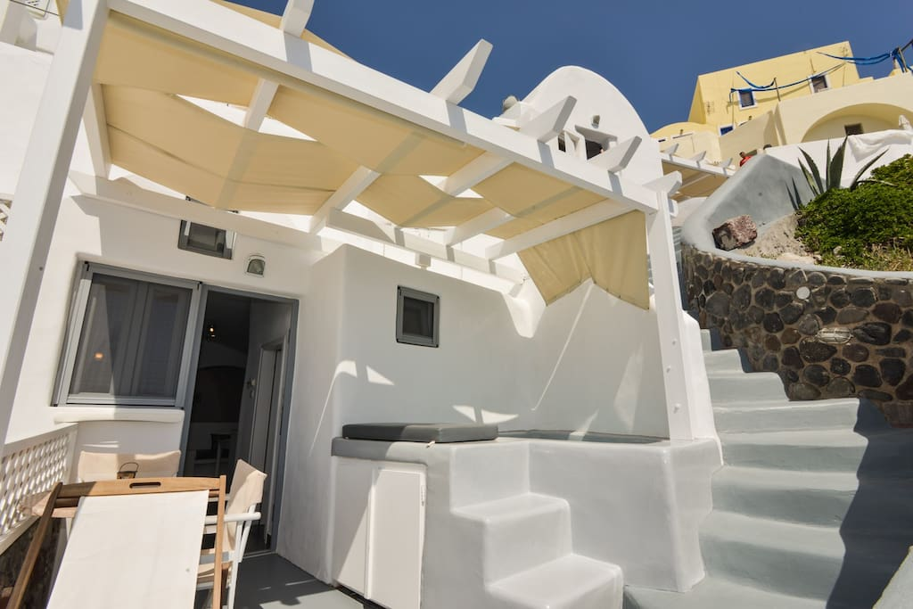Welcome to our complex of 4 suites in Oia