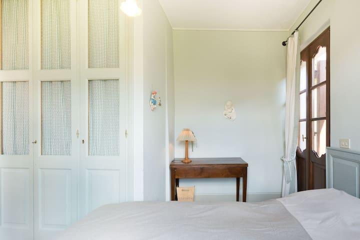 la seconda camera allestita con letto matrimoniale