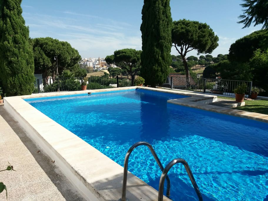 Beautiful relaxing villa oromana 2 seville villas en for Piscina cubierta alcala de guadaira
