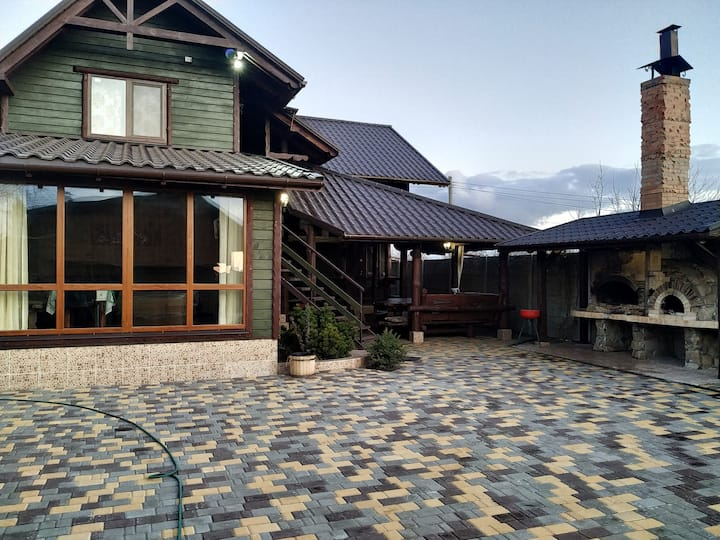 Уютный деревянный коттедж. Банный дворик.