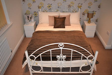 Spacious double bedroom with en-suite near Windsor