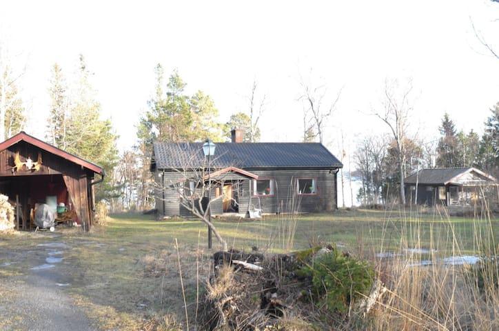Två hus i lugn miljö - Gräddö