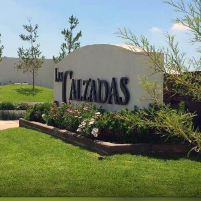 Las Calzadas entrance (green area view)