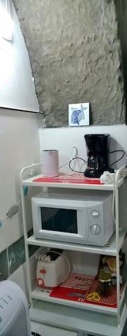 oven, kettle, coffee maker, toaster microwave        bouillon èlectrique, grille-pain,cafetière, four micro-ondes