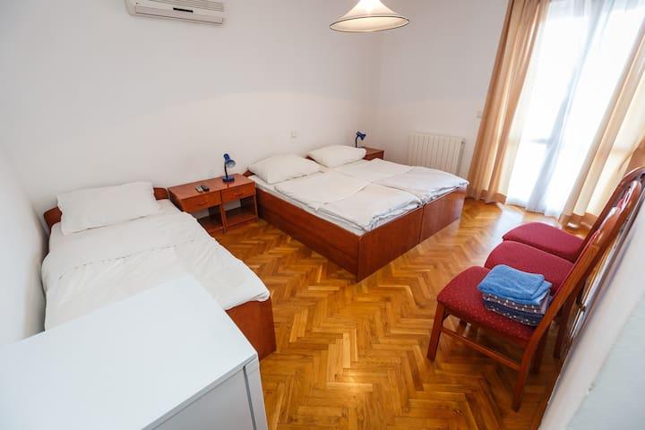 Dreibettzimmer 202-Gasthaus VARNICA