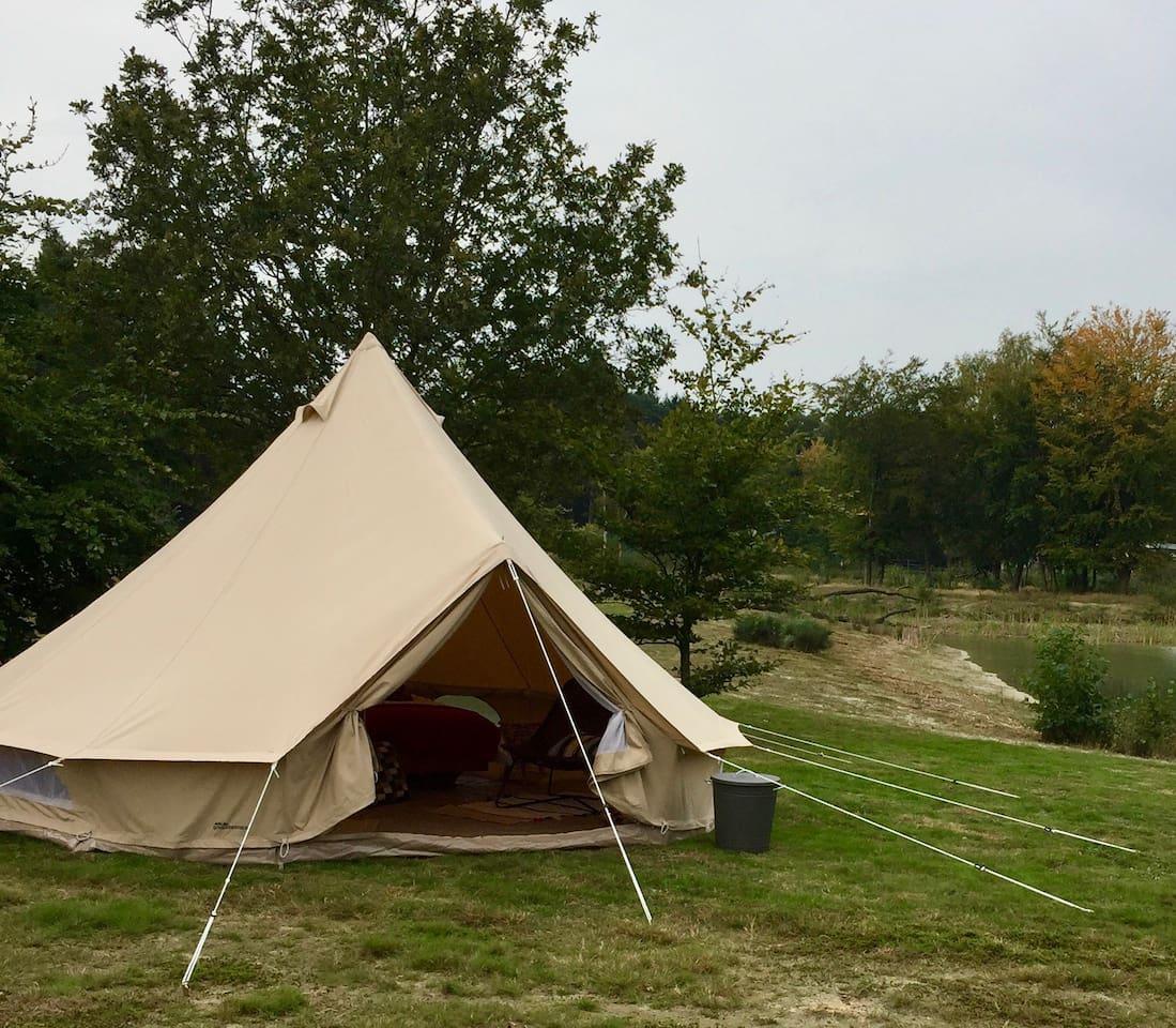 Bell-tent aan de rand van het ven