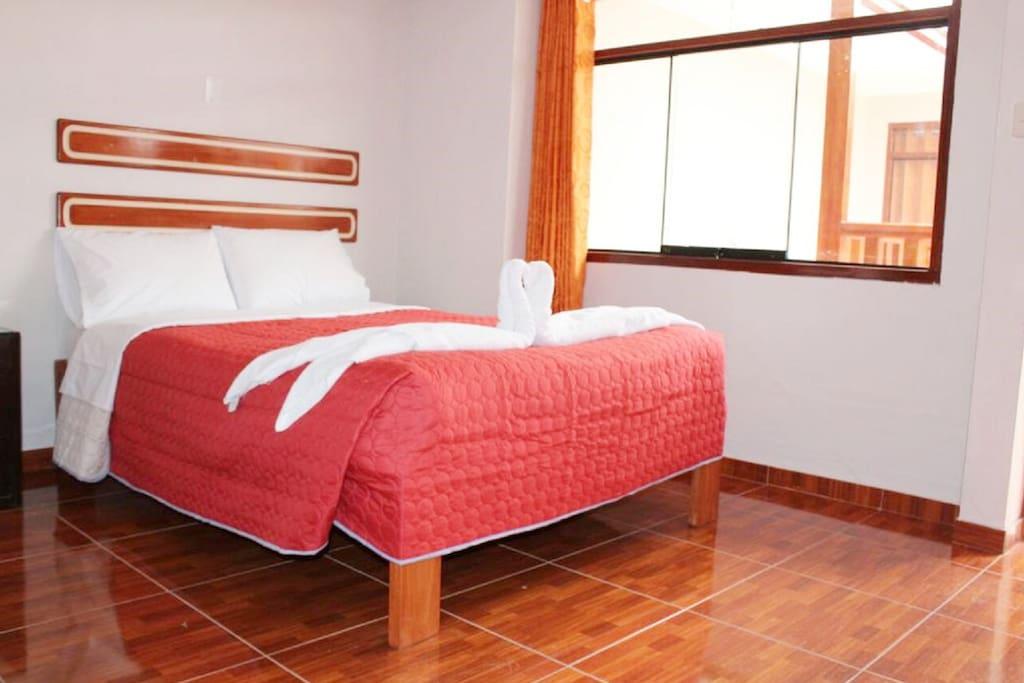 La habitación es una cama matrimonial que tiene baño privado con agua caliente las 24 horas. Cable TV. Desayuno Buffet