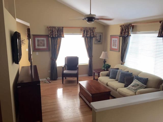 Warm & bright 2 bed-2.5 bath townhome near Chicago - Bridgeview - Townhouse