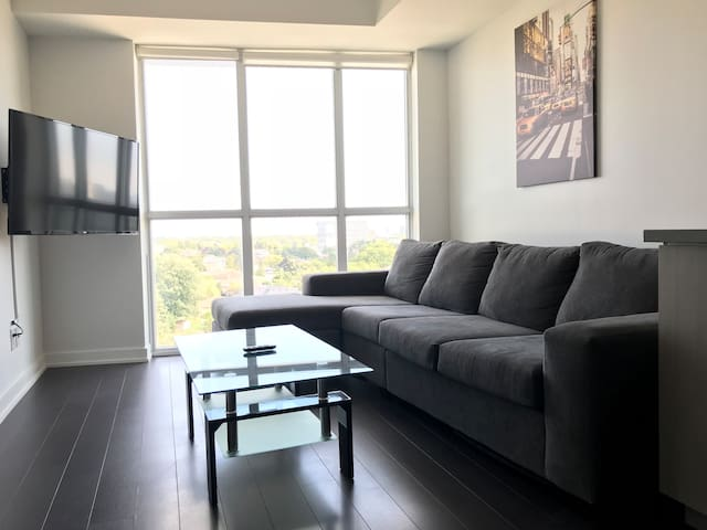 Modern 1 Bed+Den Beside Yorkdale Shopping Centre