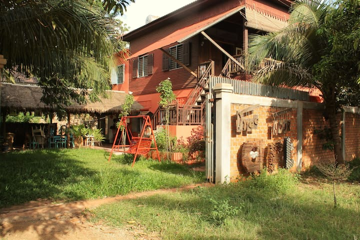 Private floor with terrace in our Art House - Krong Siem Reap - บ้าน