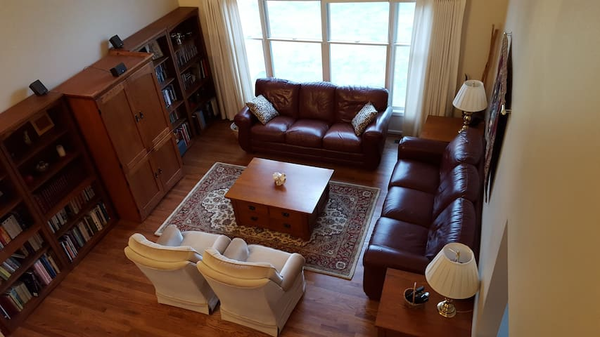 Guest Room in UM Professor's Large, Quiet Home - Ann Arbor