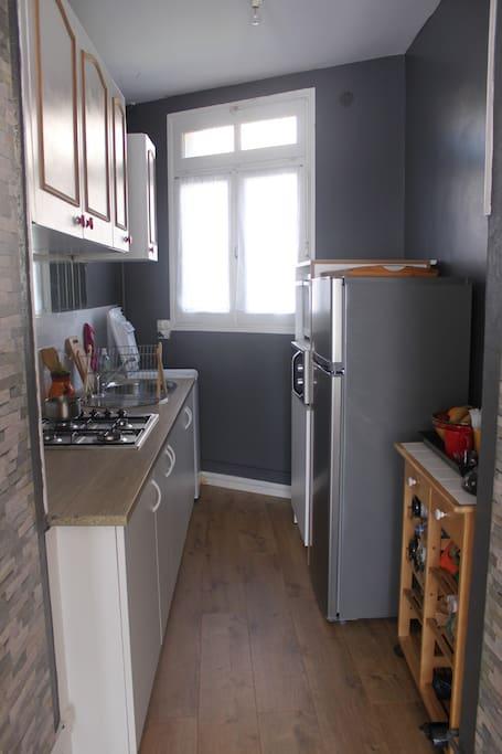 La cuisine (avec four, micro-onde, lave linge)