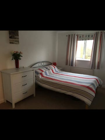 Double bedroom in Little Billing with parking