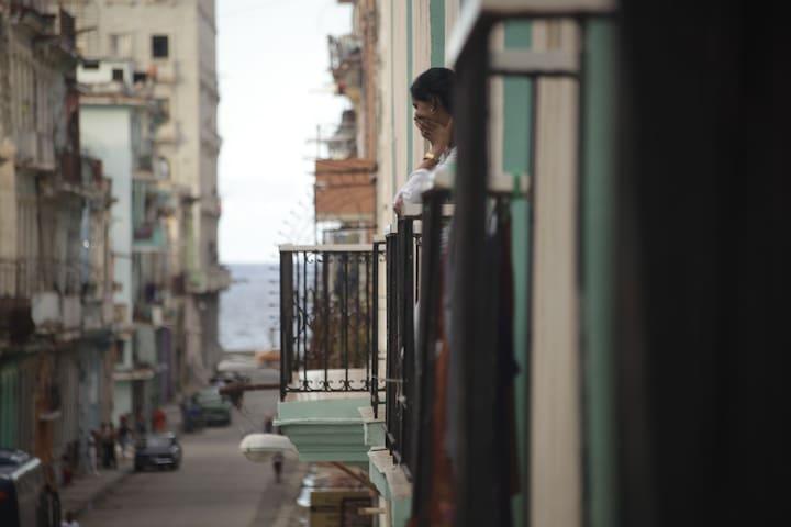 Dos balcones con una hermosa vista al mar