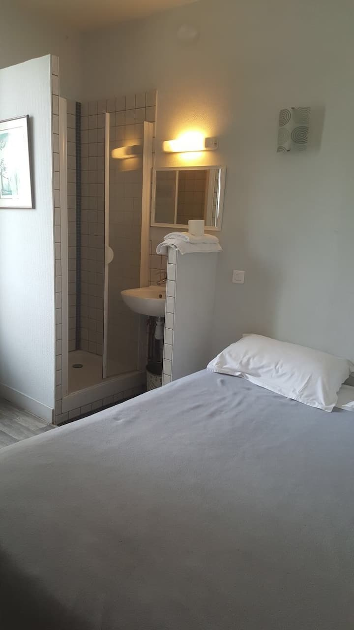 chambre 19 sur rue avec douche