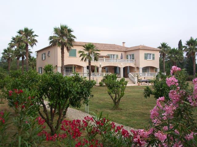 Villa de charme avec tennis et accès privé plage. - Taglio-Isolaccio - 別荘