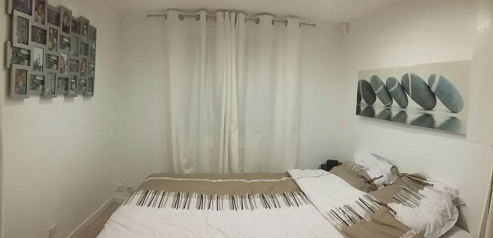 Chambres avec lit king-size, attenante au sejour.