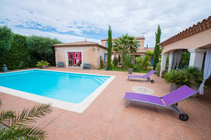 Ch simple villa, piscine, sud Nimes, rte Camargue