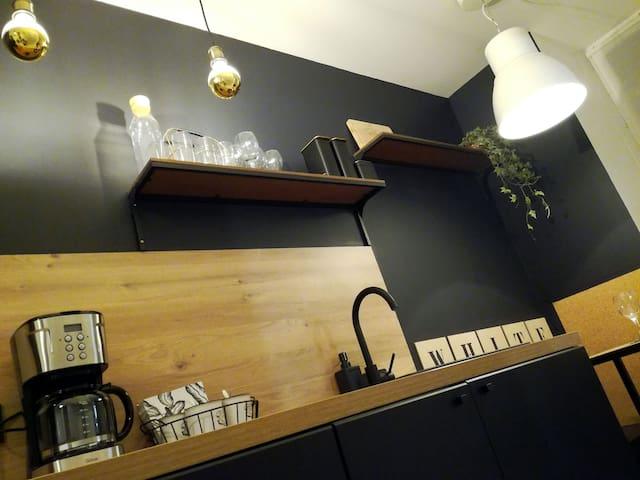 La cuisine accueillante vous propose thé,café,chocolat,céréales et petites douceurs pour le petit déjeuner.