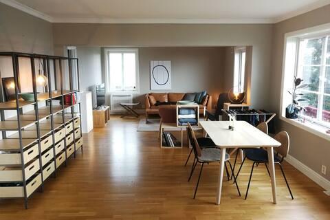 SENTRALT OG ROLIG: Luftig leilighet nært det meste