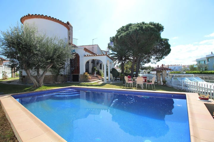Majestic holiday home in Empuriabrava with private swimming pool, garden and mooring