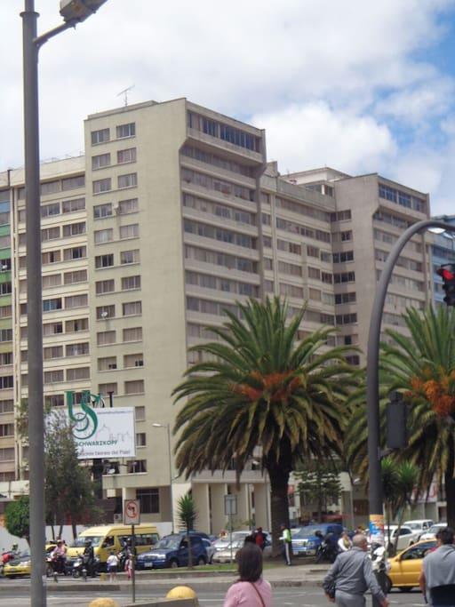 Torres de departamentos vistas desde afuera. Epicentro está en la primera torre, en el piso 9.