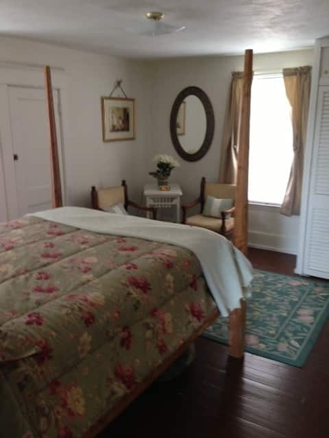 Charming Cottage w/ Wi-Fi + Private Bathroom