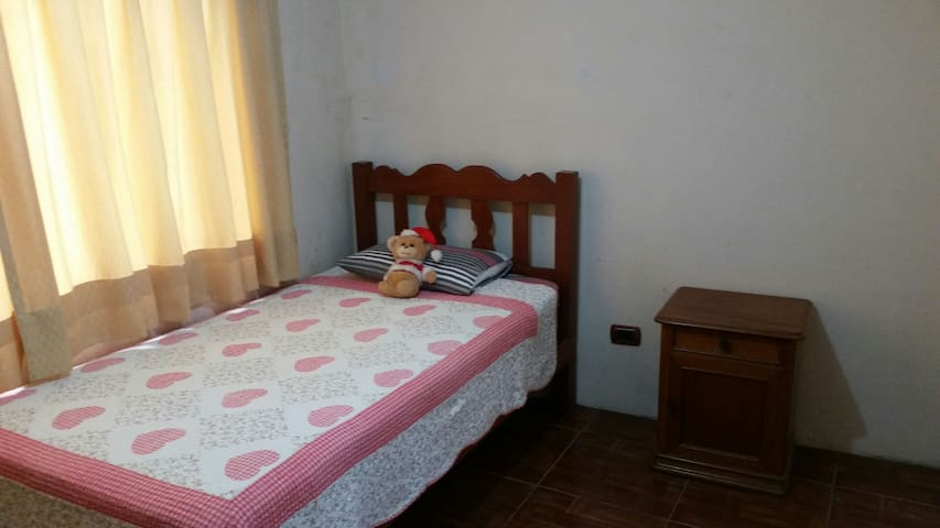 Residencia Ordaya close to the airport + breakfast