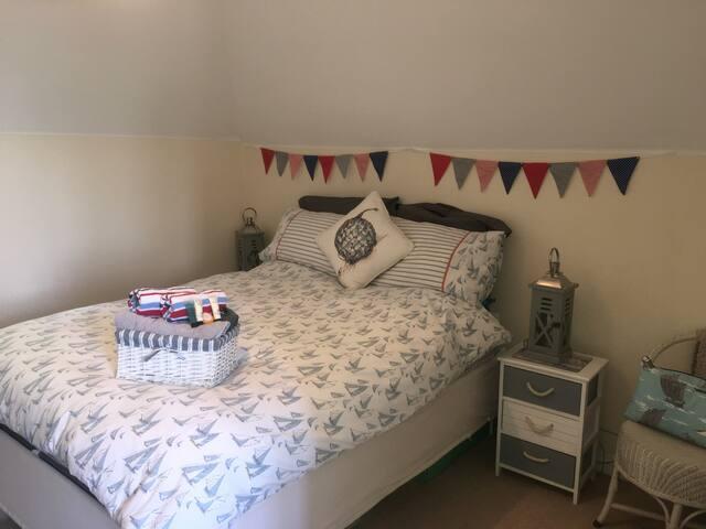 Comfortable & Quiet Double Ensuite room near Town