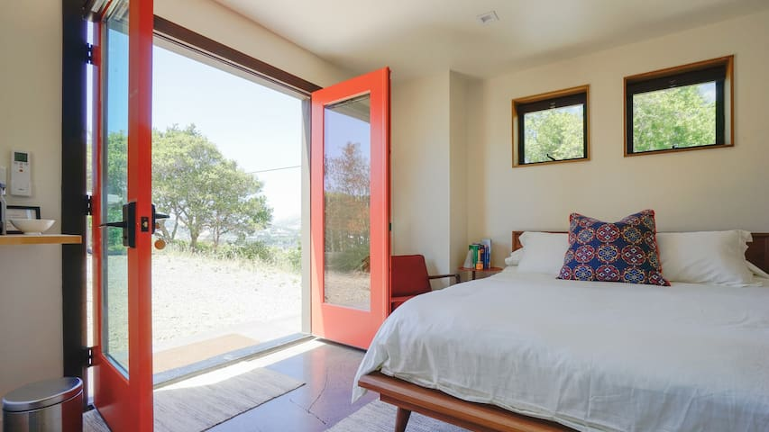 Beautiful Mid-Century Guest Studio With Views!