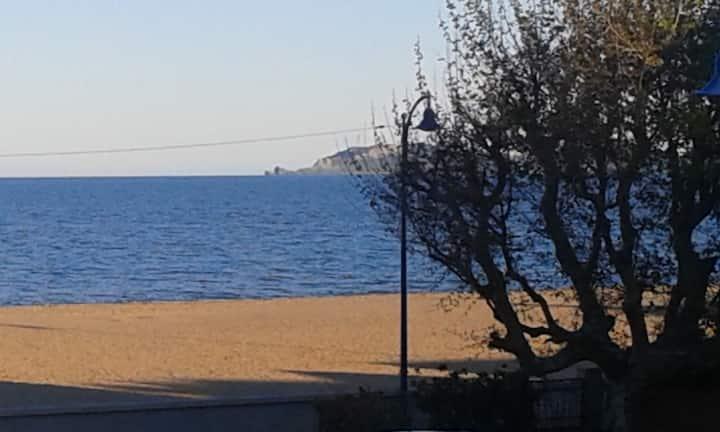 """T2 """"Coté mer"""" sur plage Ayguade à Hyeres"""