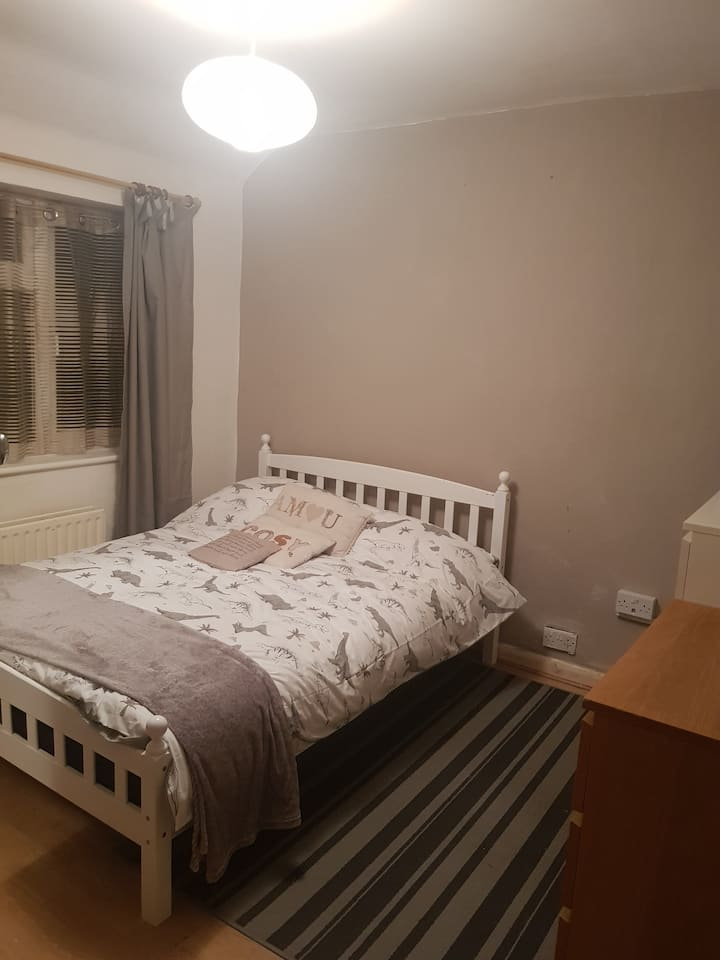 Spacious double room.10 mins walk to central line.