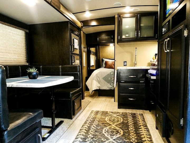⭐2019 Modern Cozy RV in Historic Downtown Folsom⭐