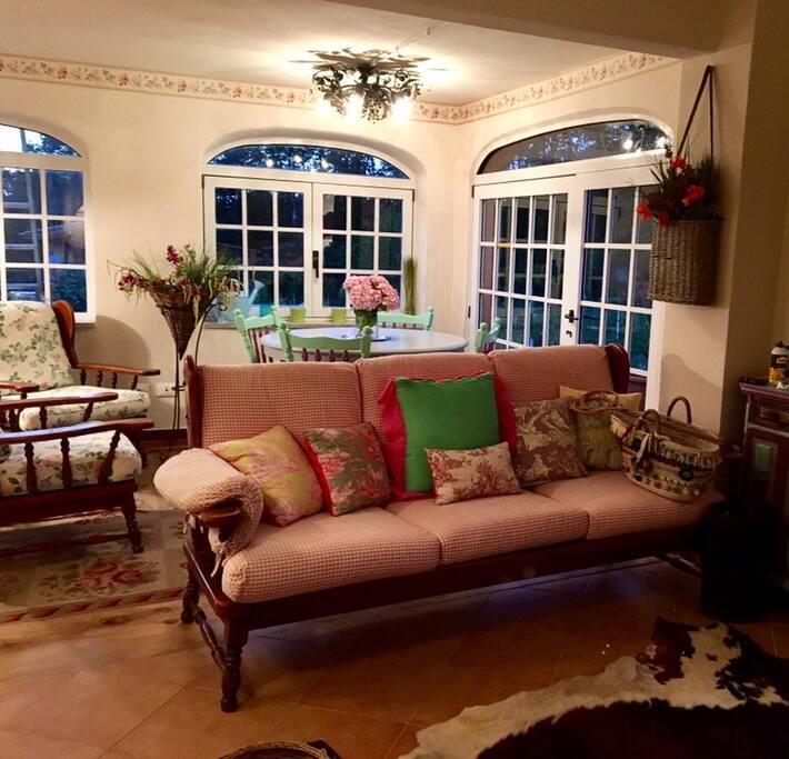 Salotto open space con sala da pranzo e vetrate