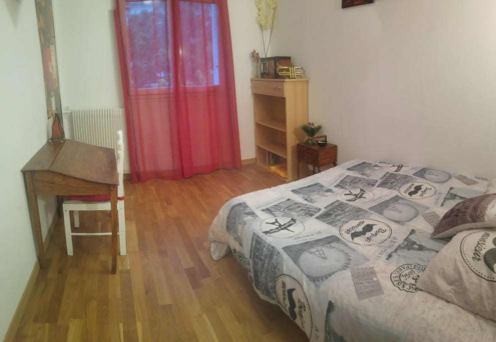 Une deuxième chambre, tout aussi agréable et équipée d'un bureau.