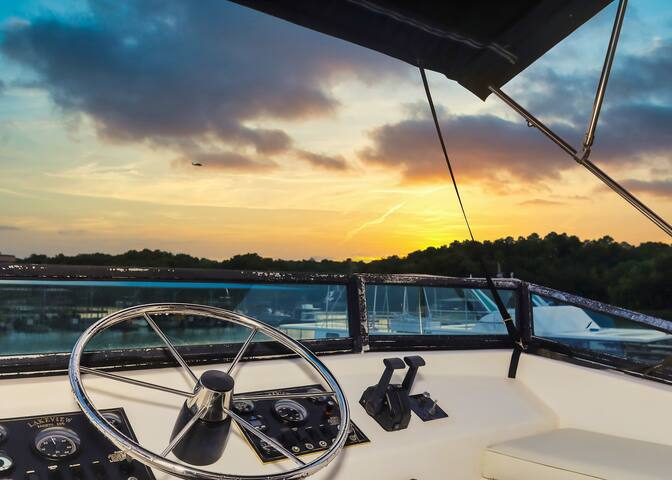 Sunsets on a floating paradise! Amazing price!