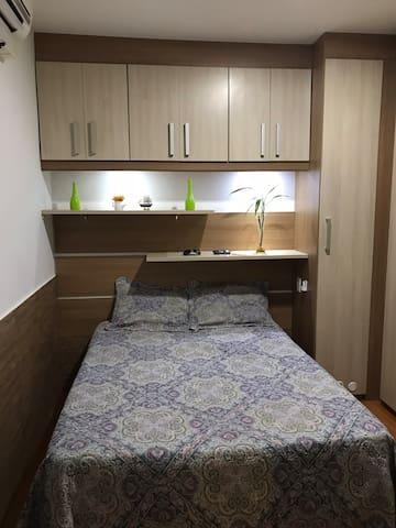 Quarto de casal com armários,ar condicionado e home office