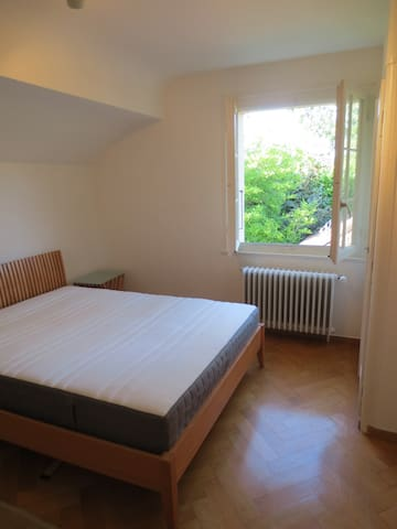Nice room in idyllic residential villa - Cologny - Hus