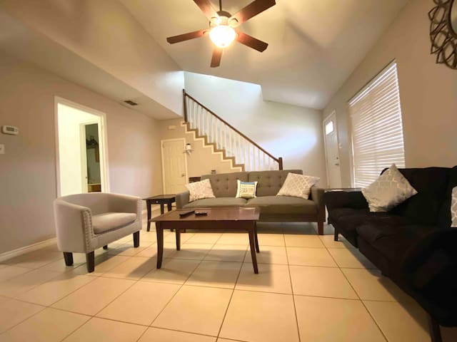 Beautiful spacious townhome/. 15 min to the beach