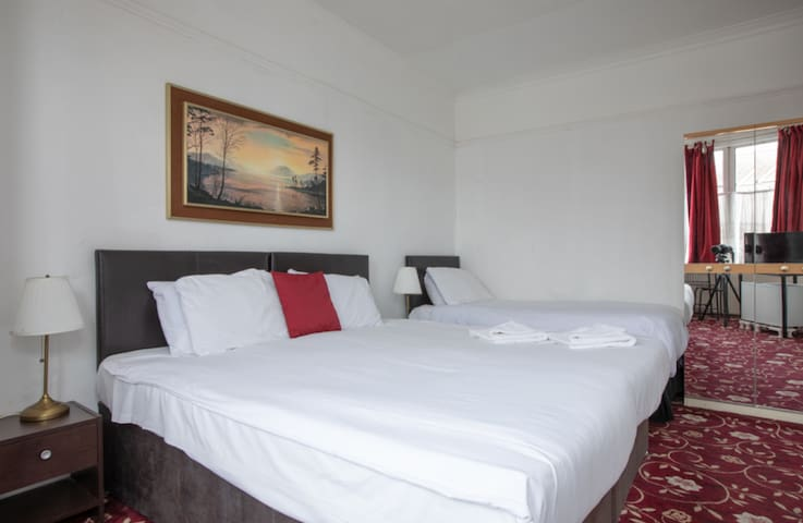 Triple Room, Free Conti. breakfast, Parking + WiFi