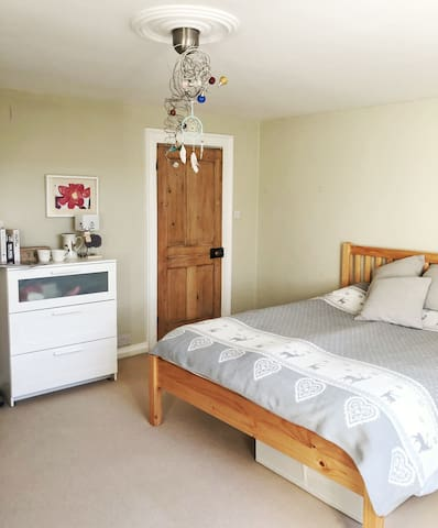Cozy bedroom, private en-suite, central Windsor